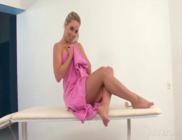 Blonde se masturbe sur une table de massage